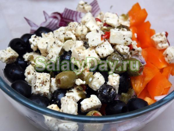 Греческий салат с маслинами и оливками