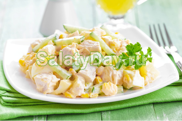 Салат с копченой курицей, кукурузой и свежим ананасом – просто бомба на вашем столе