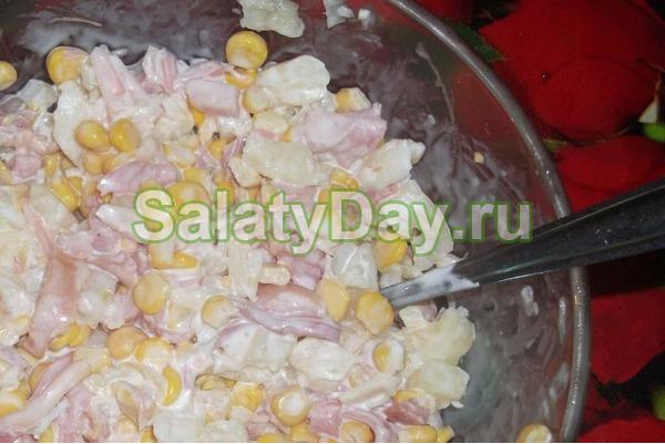 Салат с подкопченной курицей, кукурузой, пекинской капустой – отличный вариант для любого застолья