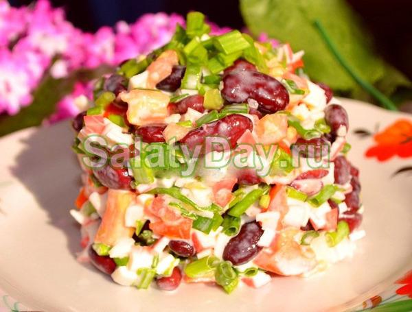 Салат с говядиной, фасолью и маринованными огурцами