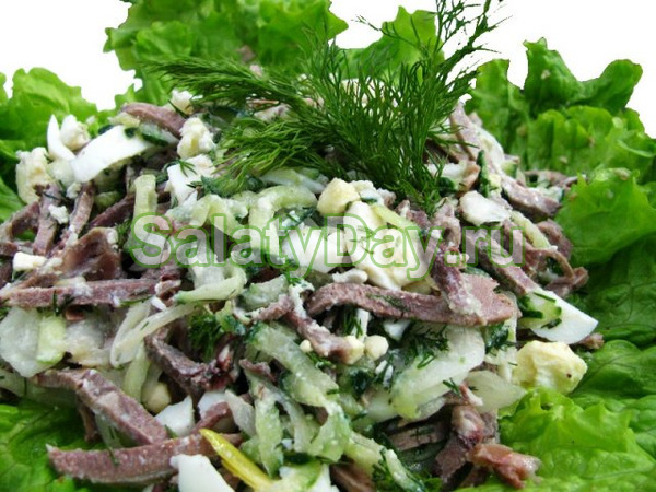 Салат с говядиной, капустой, маринованными огурцами и горошком