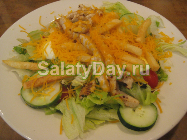 Салат с жареной картошкой соломкой и апельсином