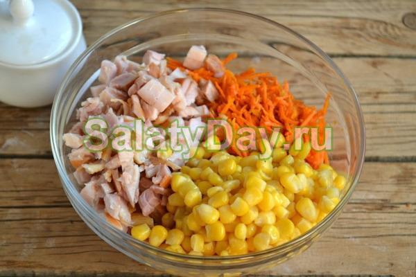 Простой салат с корейской морковью и сухариками