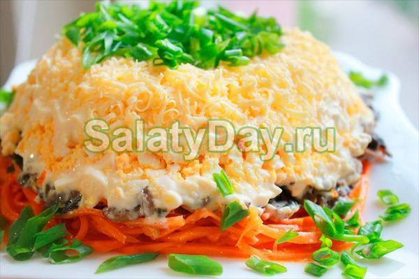 Салат с корейской морковью и сухариками с грибами