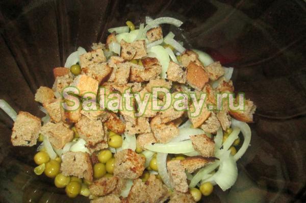 Салат с корейской морковью, ржаными сухариками и зеленым горошком