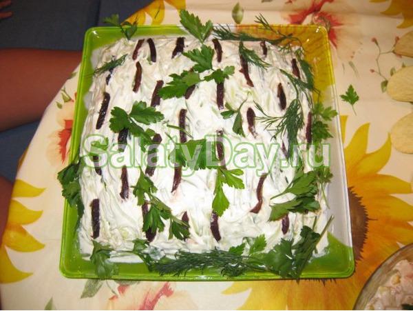 Классический салат Березка с куриным филе и огурцами