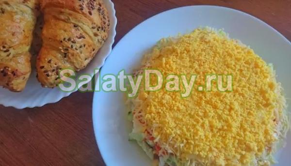 Слоеный салат с консервированным тунцом и огурцом