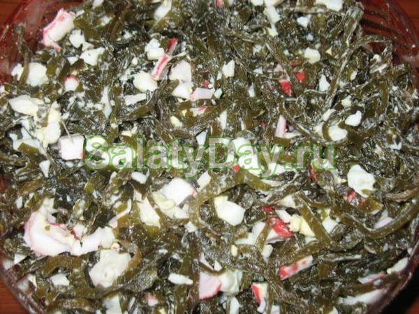 Салат с морской капустой, крабовыми палочками, огурцом, перцем и кукурузой – сытно и оригинально