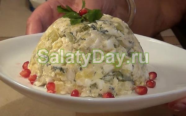 Салат из отварной белой рыбой с солеными огурчиками и хреном