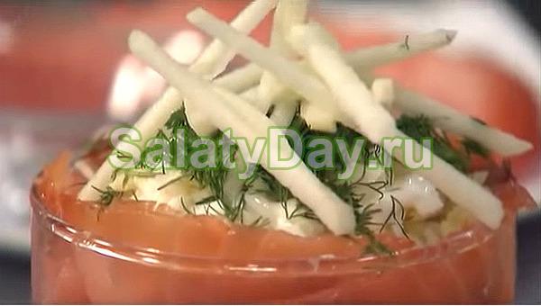 Слоеный салат с семгой в индивидуальных салатницах