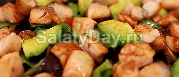 Салат «Звездный» с красной рыбой, авокадо и томатами черри