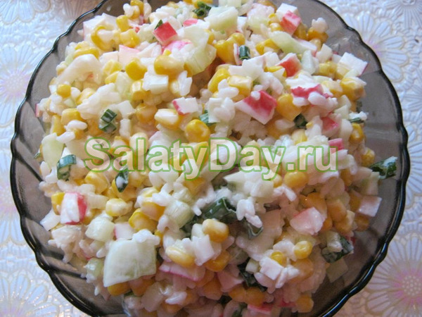 Салат из крабовых палочек, консервированной кукурузы и консервированного ананаса