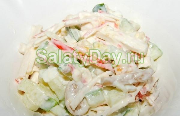 Салат с крабовыми палочками и шампиньонами «Алёнка»