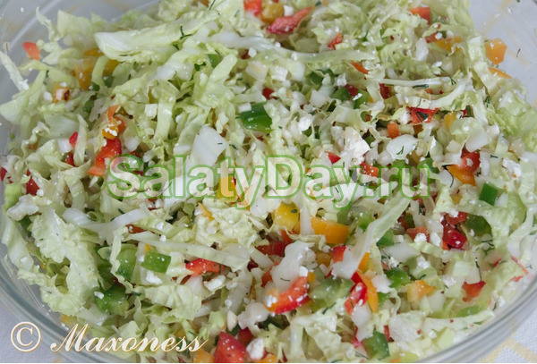 Салат из капусты с зеленым горошком и колбасой