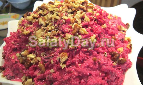 Салат из сырой свеклы и моркови с клюквой и орехами