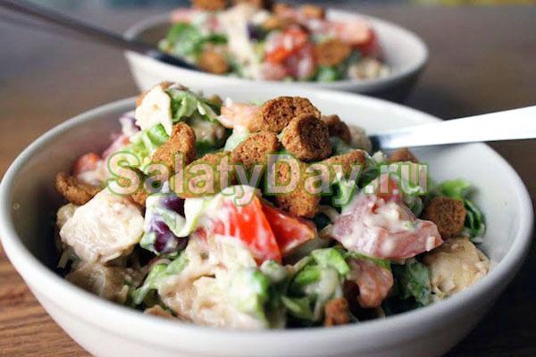 Простой рецепт салата с сухариками и копченой курицей