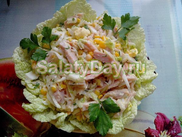 Салат «Королевский» с копченой курицей, сухариками и пекинской капустой