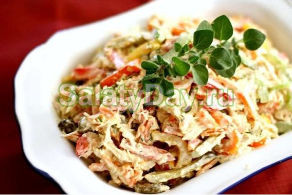 Салат с копченой курицей, сухариками и грибами