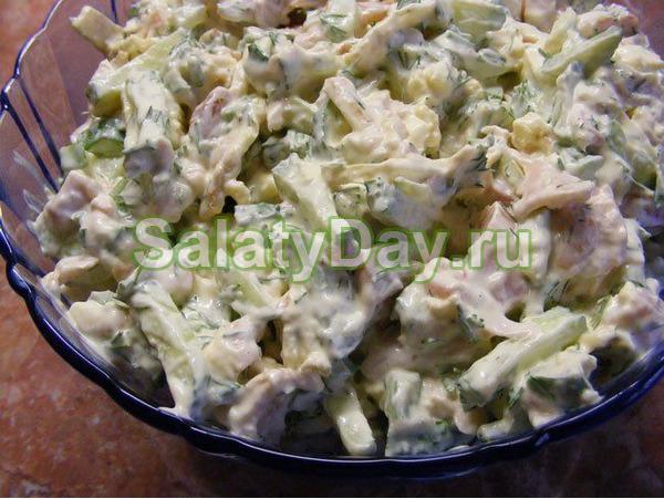 Салат с курицей, горошком и маринованными огурцами