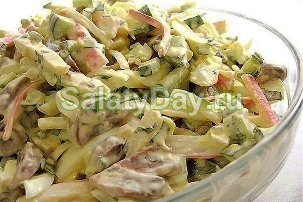 Новогодний салат с шампиньонами, курицей и огурцами