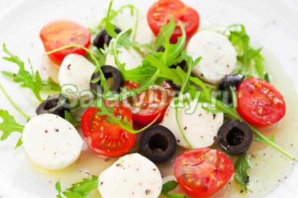 Салат с мини моцареллой и томатами черри
