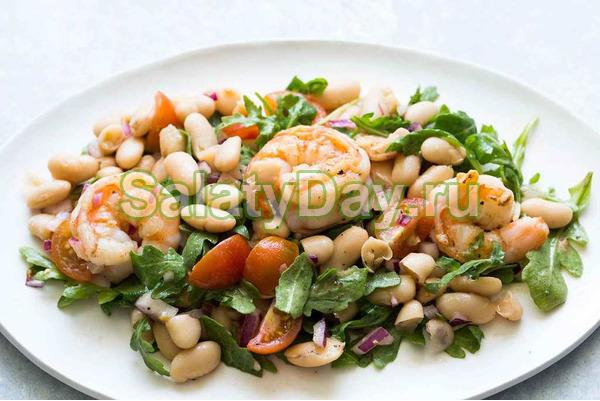 Постный салат с белой фасолью креветками и Черри