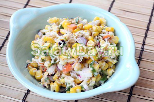 Салат «Со вкусом» из фасоли, кукурузы, зеленого горошка с сухариками