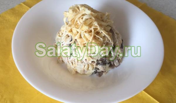 Салат грибной с яичными блинчиками