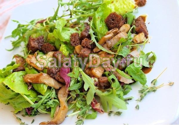 Простой салат с грибами и сухариками