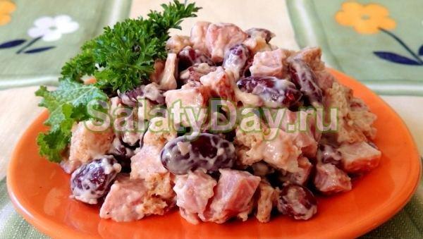 Салат с фасолью, грибами и курицей