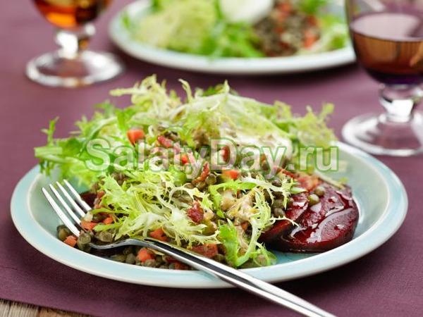Зимний салат «Охотничий» со свеклой и соусом