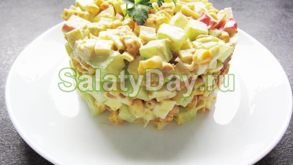 Салат с крабовыми палочками и сухариками «Классический»