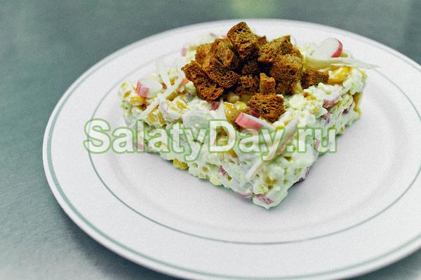 Салат с крабовыми палочками и сухариками «Пальчики оближешь»