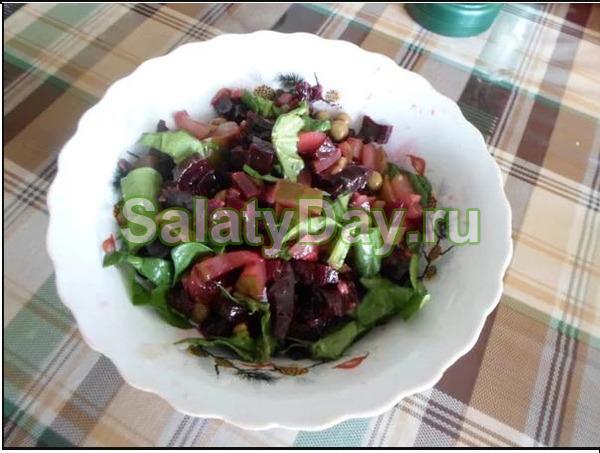Салат с добавлением сыра и чеснока для любителей сытой, в меру острой пищи
