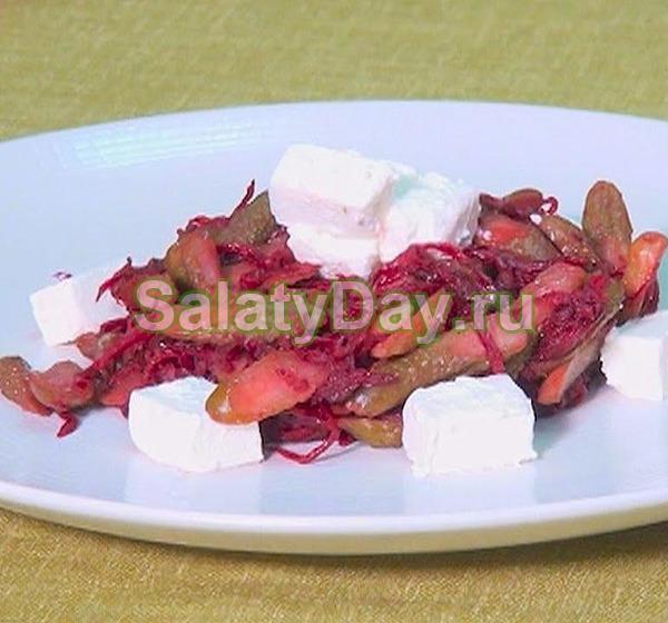 Оригинальный салат из свеклы, соленых огурцов и сыра