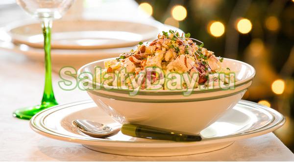 Салат из индейки, красного винограда и миндаля