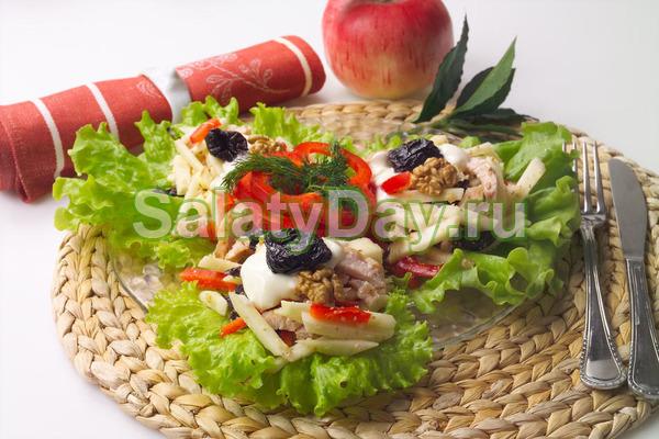 Витаминный салат из индейки с черносливом и орехами
