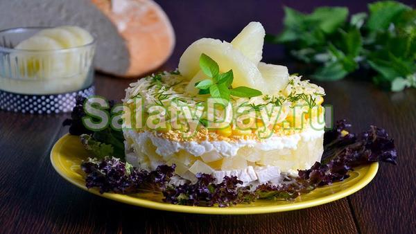 Слоеный салат с индейкой и ананасами