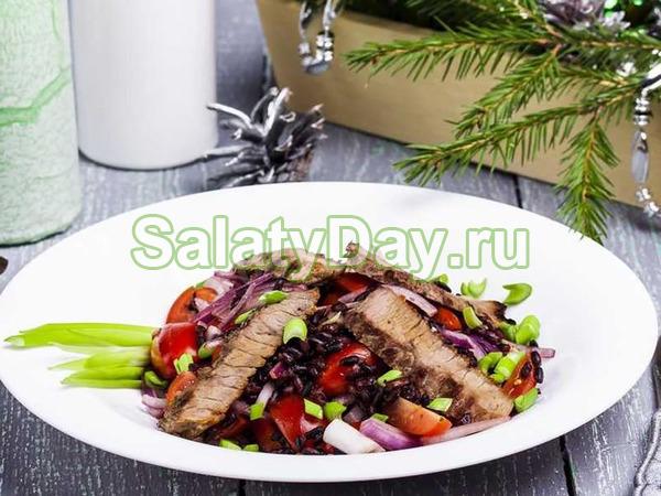 Салат с черным рисом и ростбифом