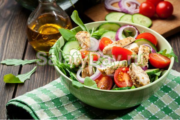 Простой салат с курицей и помидорами