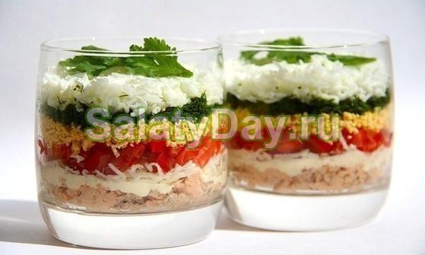 Слоёный салат с курицей и помидорами
