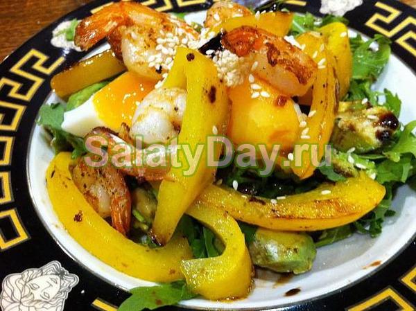 Горячий салат с креветками, авокадо, сыром