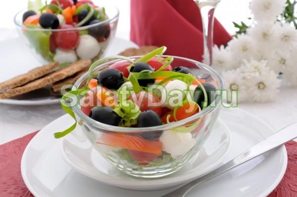 Летний салат с маслинами и моцареллой
