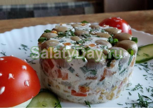 Салат с овощами, маринованным перцем и кукурузой, солеными огурцами