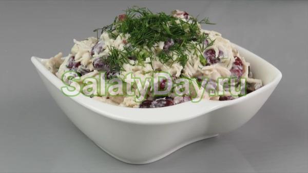 Салат с копченой курицей, грибами, красной фасолью