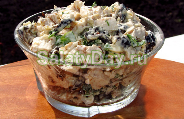 Салат с копченой курицей яйцами, шампиньонами, черносливом и орехами