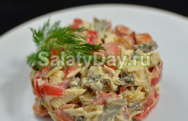 Салат с копченой курицей, грибами, томатами и болгарским перцем