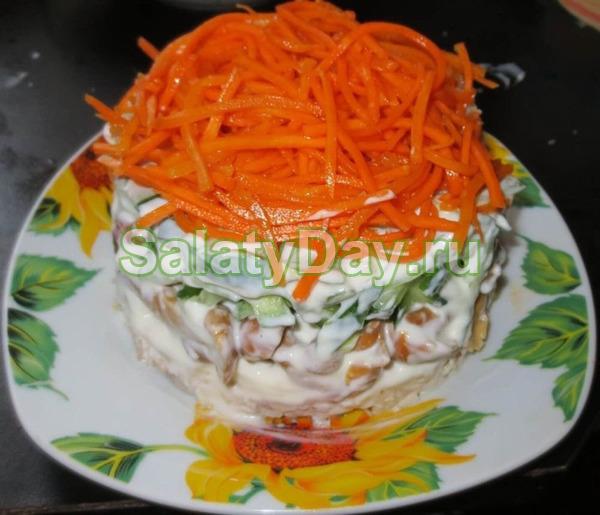 Салат с копченой курицей, грибами, морковью по-корейски