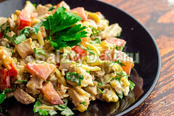 Салат с мясом и грибами с помидорами, сыром