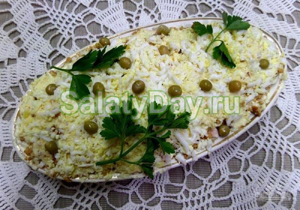 Слоеный салат «Фантазия» с курицей, грибами, черносливом